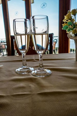 Il Nido Hotel Sorrento : Dinner starts with complimentary Prosecco for 1/2 boarders