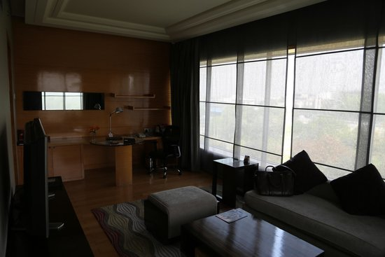 Crowne Plaza Hotel Gurgaon: Sitting area / Office in upgraded suite