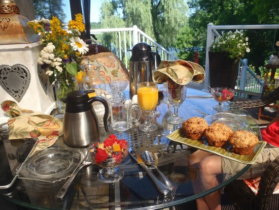 Daisy Hill Bed and Breakfast: breakfast outside