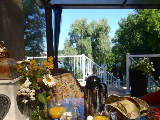 Daisy Hill Bed and Breakfast: back deck dining
