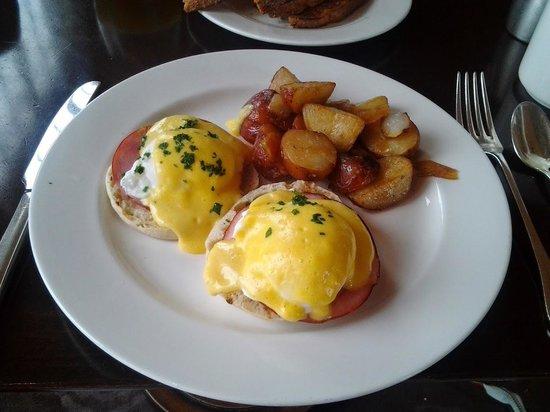 Hyatt at The Bellevue: Eggs Benedict for Breakfast