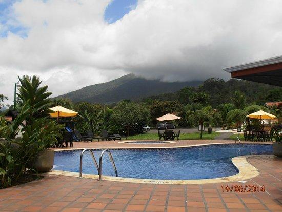 Volcano Lodge & Springs: Vista desde la piscina principal