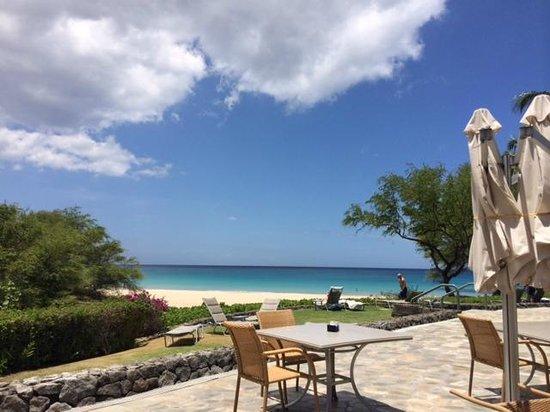 Hapuna Beach Prince Hotel: View of beach from the Beach Bar