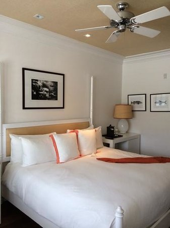 The Betsy - South Beach: Our peach and white room at the Betsy