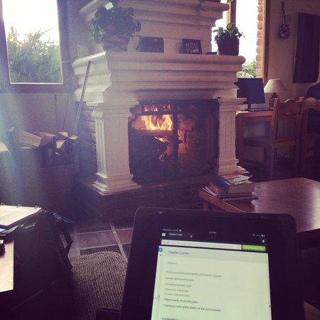 La Posada del Quinde : Cozy fireplace in the lobby