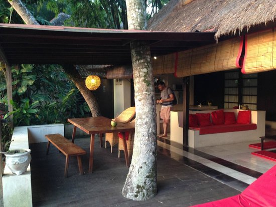 บาหลีทีเฮ้าส์: Lovely outdoor living room & dining at Lemongrass overlooking rice paddies