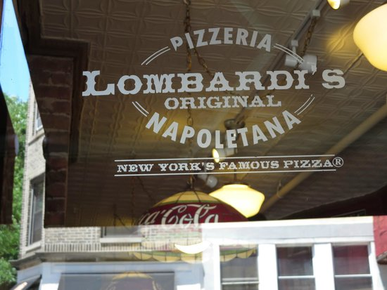 Family In New York : Lombardi's Pizza - A Must!