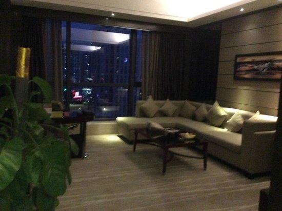 Crowne Plaza Shenzhen Longgang City Centre: Sitting room so huge