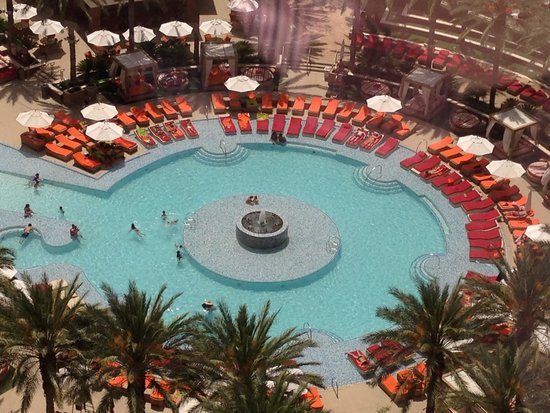 Red Rock Casino Resort & Spa: beautiful pool....usually crowded, but this is early morning