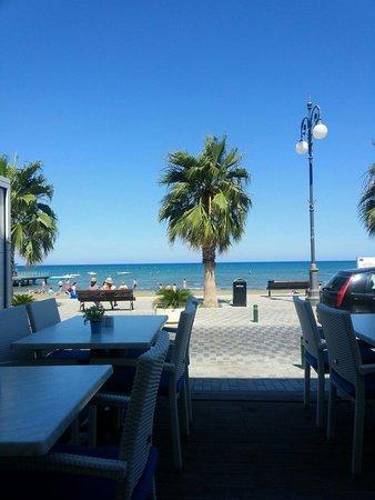 Dionyssos Fish Tavern: Вид из кафе Дионис