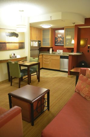 Residence Inn Norfolk Downtown: Kitchen and dining area open to the living room - very good use of space