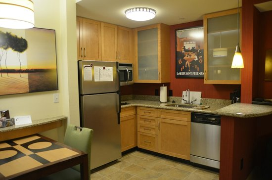 Residence Inn Norfolk Downtown: Beautiful kitchen with everything needed to feel at home
