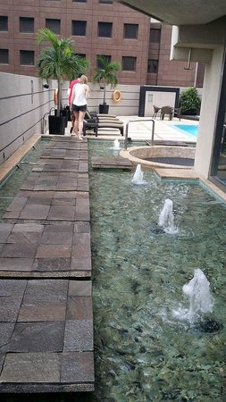 M Hotel Singapore: pathway to pool