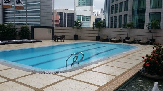 M Hotel Singapore: The pool and Jacuzzi
