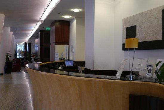 Hotel Genova : ホテルジェノバのフロント