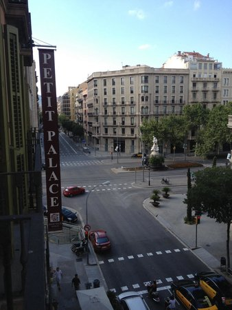 Petit Palace Barcelona: Street view from my room! Excellent location