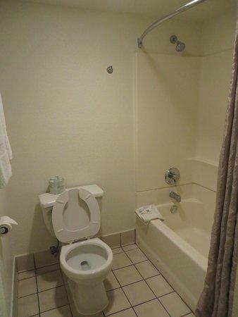 موتل 6 أناهايم ماينجيت: Toilet