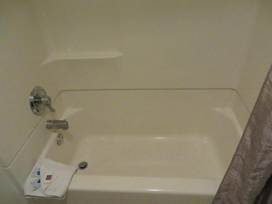 Motel 6 Anaheim Maingate : Bathtub