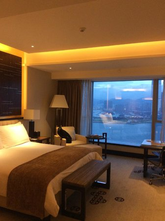 Four Seasons Hotel Hong Kong: large room