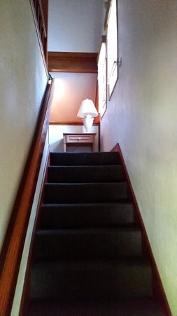 Mountain Retreat Resort: Stairs to the 3rd level bedroom