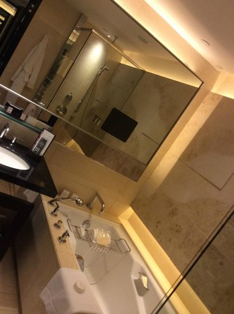 Four Seasons Hotel Hong Kong: large bathroom