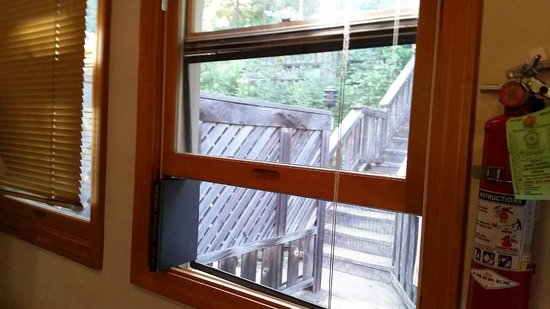 Mountain Retreat Resort, a VRI resort: Need the use the books to keep the windows open for cool air to come in during summer.