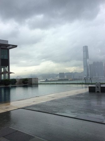 Four Seasons Hotel Hong Kong: swimming pool is great
