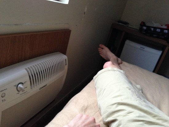 Hotel Dan Inn Mar Recife: How close I had to sleep to AC unit due to beds being crammed in.