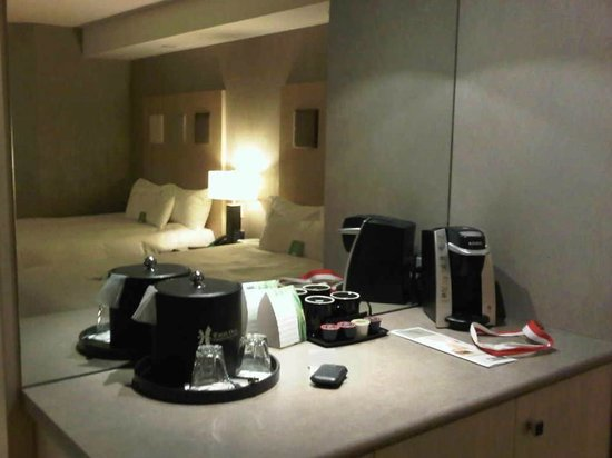 White Oaks Conference Resort & Spa: Coffee station; plenty of storage room