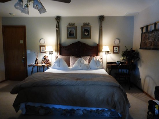 All Seasons River Inn: King Size Bed