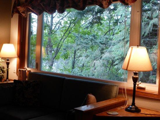 All Seasons River Inn : Loveseat Under Window In Jacuzzi Room