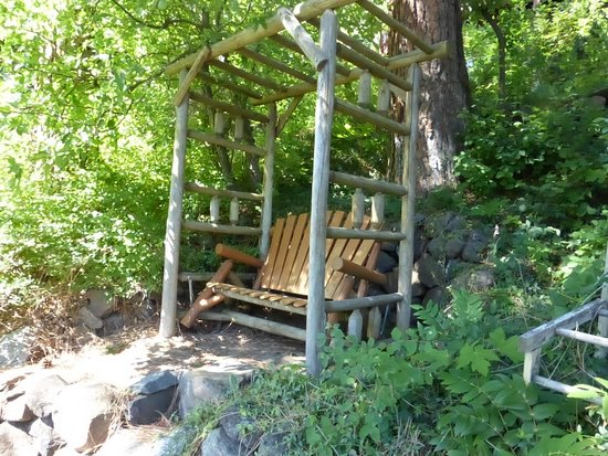 All Seasons River Inn : Rocking Bench That Overlooks The River