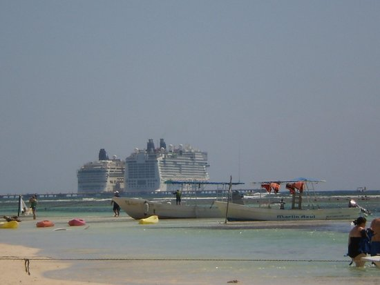 Pez Quadro Beach Club: View of the ships from our lounge chairs.