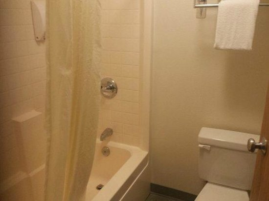 GuestHouse Inn Yakima: Bathroom