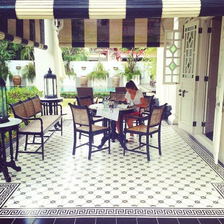 Clove Hall: Breakfast on the terrace