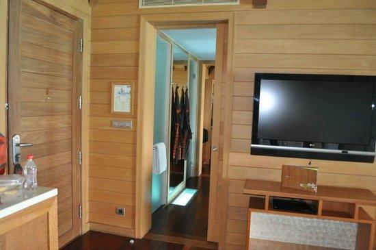 Four Seasons Resort Bora Bora: Living room & shower