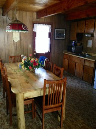 Golden Bear Cottages Resort : Beautiful big table and roomy kitchen area. Spent alot of time here.