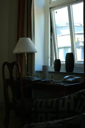 Hotel Royal Gothenburg: desk with open window with lots of natural light