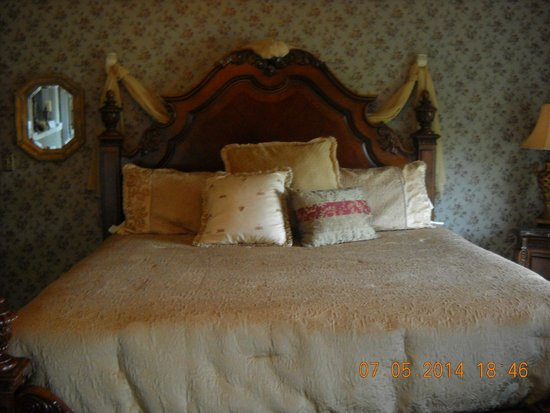 A Georgian Manner B&B: master room bed