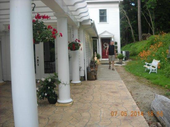 A Georgian Manner B&B : side walkway to inside.