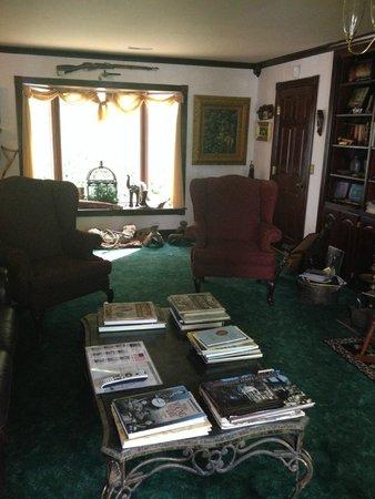 A Georgian Manner B&B : reading room (civil war memorabilia)