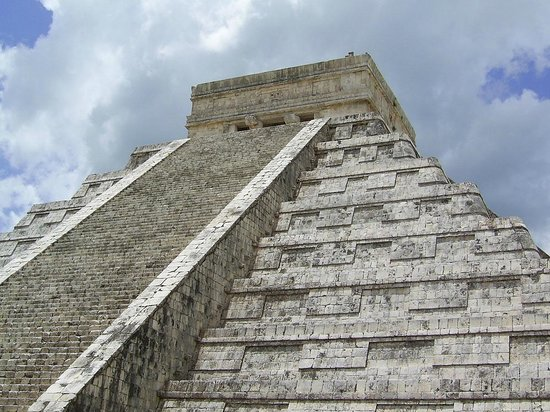 Chichén Itzá : Looking up at El Castillo