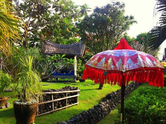 Desa Seni, A Village Resort: Parasol & Day Bed