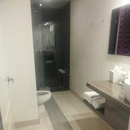 Rumor Hotel: bathroom with rainshower w seat