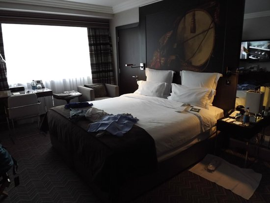 Jumeirah Lowndes Hotel: king size bed, large flat screen TV