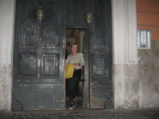 Dandi Domus Guest House: вход в подъезд