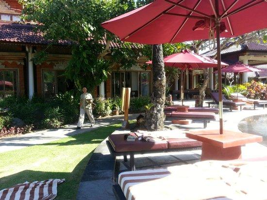 Keraton Jimbaran Beach Resort: Poolside service