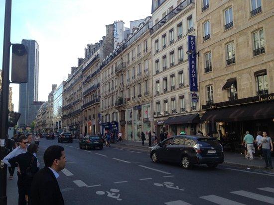 Best Western Aramis Saint-Germain: Вид на отель от метро