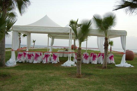 Adams Beach Hotel: Свадебный шатер на берегу