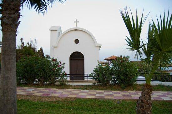 Adams Beach Hotel: Церквушка на территории отеля